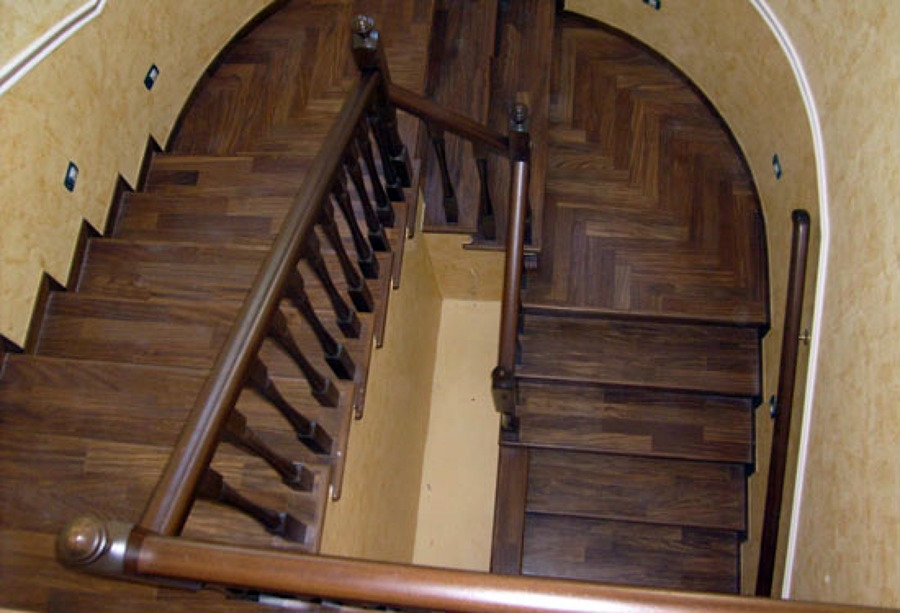 Foto rivestimento scala in legno ringhiera tornita in legno de artiscala 94048 habitissimo - Rivestimento in legno per scale ...