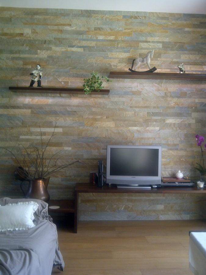 Foto salone pavimento legno rivestimento quarzite di for Pavimenti per salone