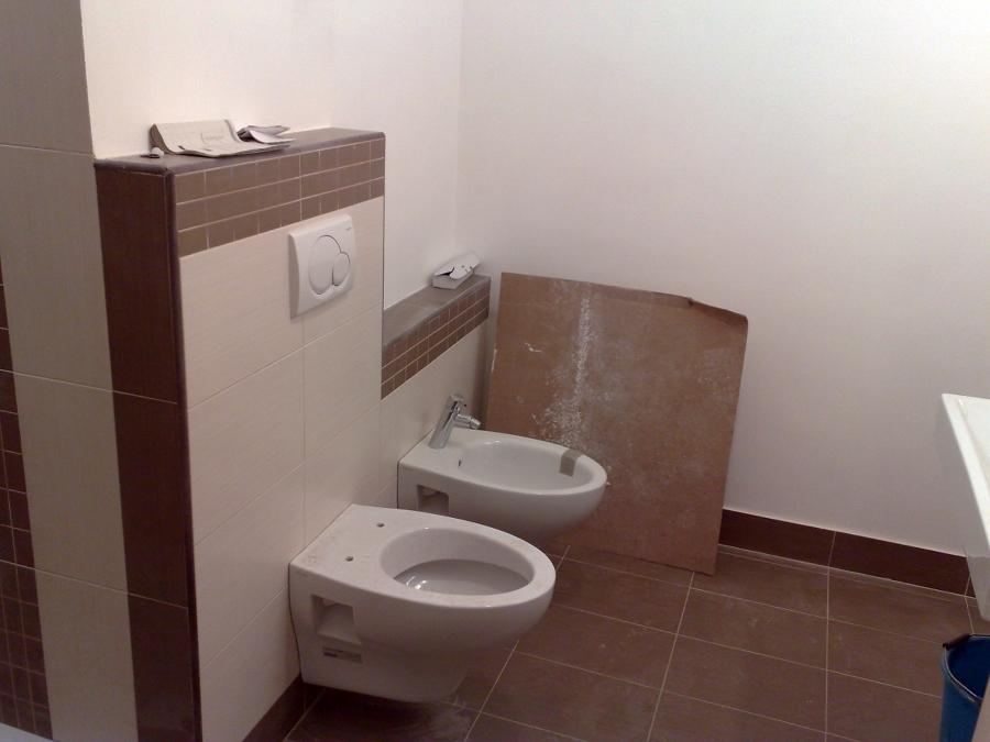 Foto sanitari sospesi su nuova maiolicatura di edilsed - Bagno con muretto ...