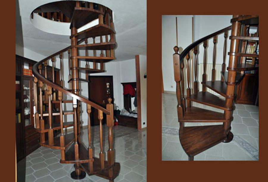 Foto scala a chiocciola tonda in legno massello di - Cancelletti per scale a chiocciola ...