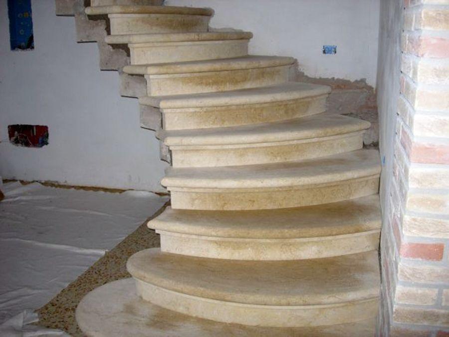 Foto scala in pietra di vicenza naturale gialla di - Scale di marmo ...