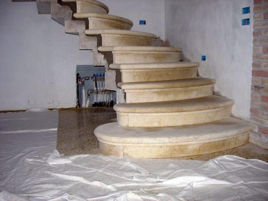 Foto scala in pietra di vicenza naturale gialla di - Piastrelle scale interne ...