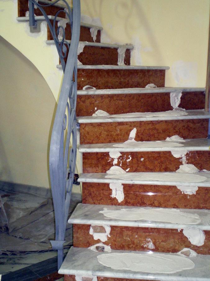Foto scala in rosso verona e marmo bianco c di trombetta - Scale di marmo ...