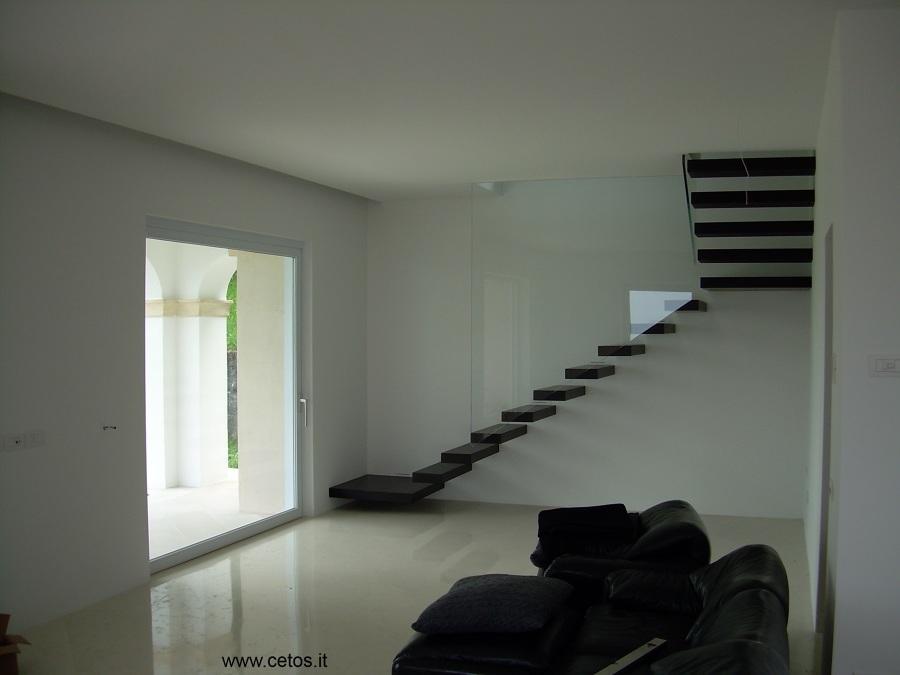 Foto scale interne con gradini sospesi di cetos for Gradini in legno prezzi