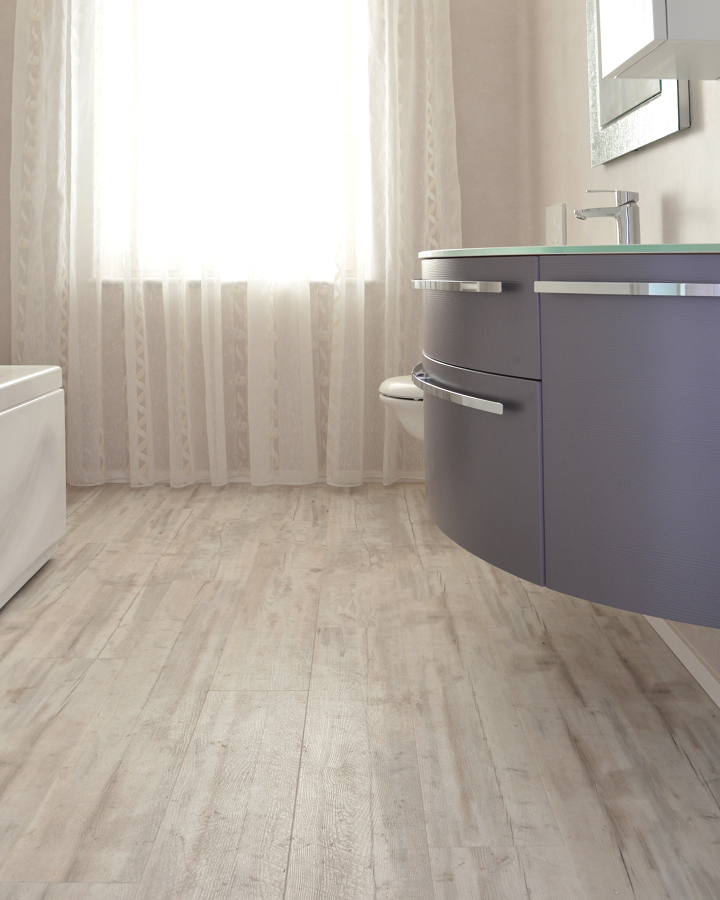 Pavimento e rivestimento bagno in PVC/LVT