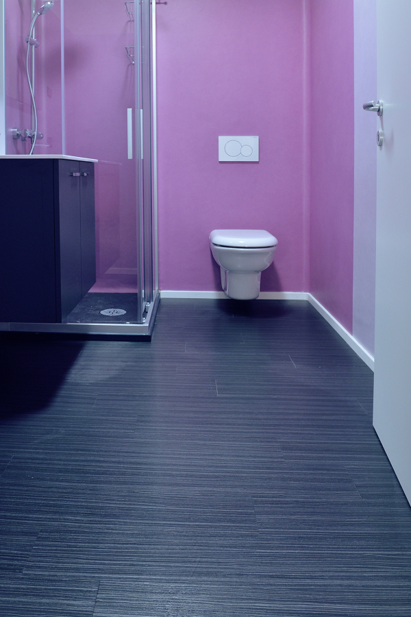 Foto pavimento e rivestimento bagno in pvc lvt di - Foto rivestimento bagno ...