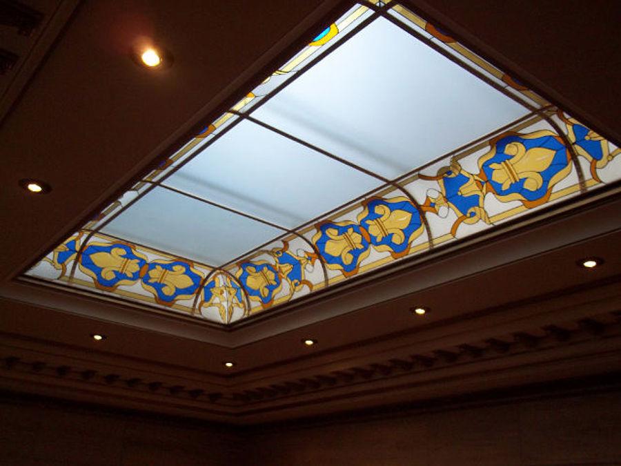 soffitto particolare realizzato in legno di ciliegio con incasso illuminazioni a faro e vetrata stile liberty