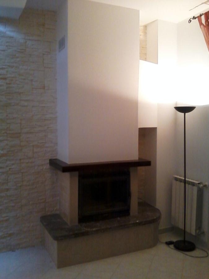 Foto sopra camino in cartongesso con mensola illuminata for Tv sopra camino