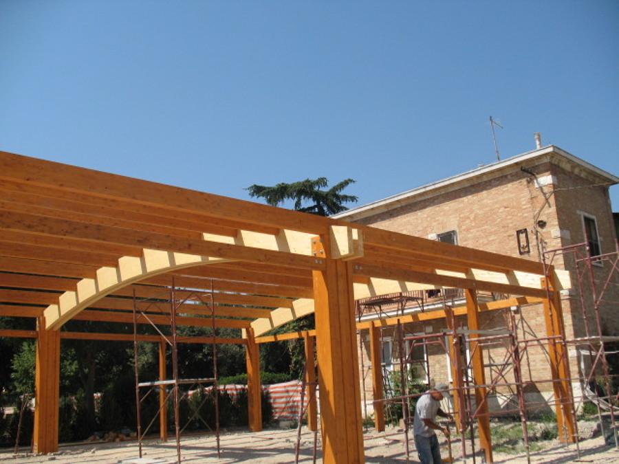 Foto struttura in legno lamellare autoportante con archi for Capannoni in legno prezzi