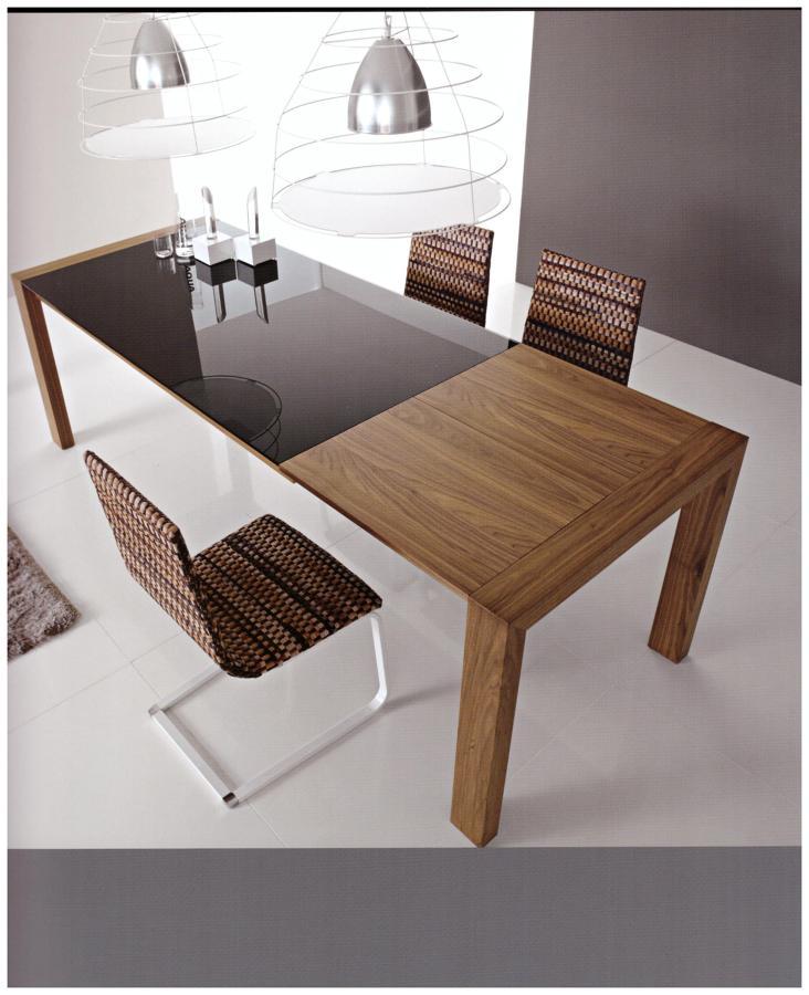 Foto tavolo in legno con il piano in vetro e parte - Tavolo di vetro allungabile ...
