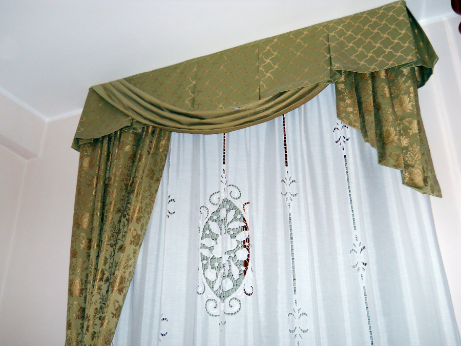 Foto tendaggio con mantovana di arredo artigiano di for Tende classiche con mantovana