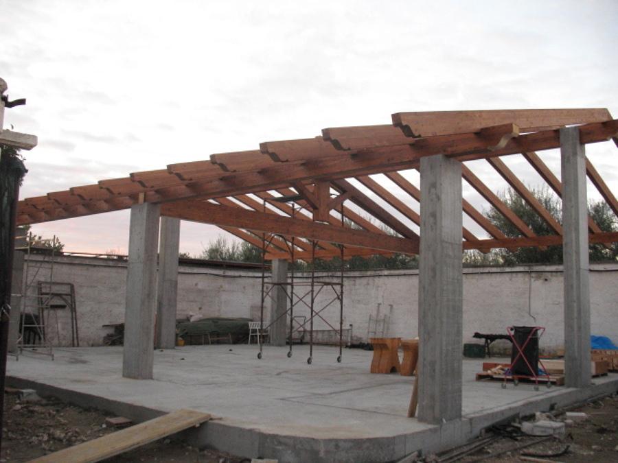 Foto tetto in legno lamellare a due falde con capriata for Arredo famiglia terni