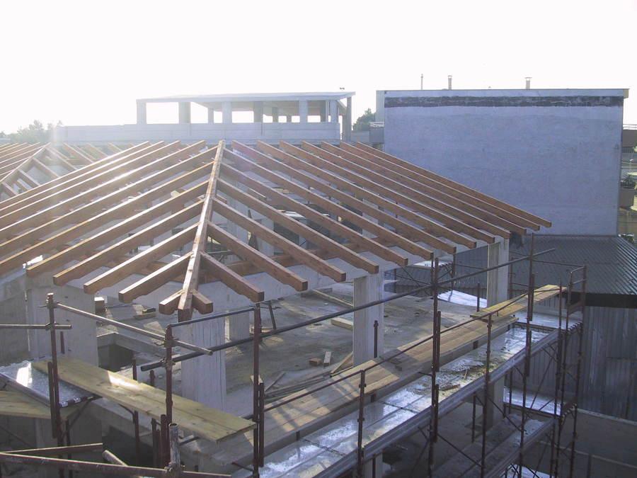 Foto tetto in legno lamellare a due falde per civile for Arredo famiglia terni