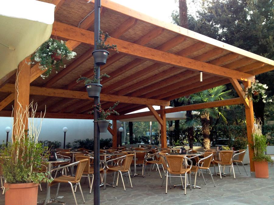 foto tettoia con arelle ombreggianti di legno costruire