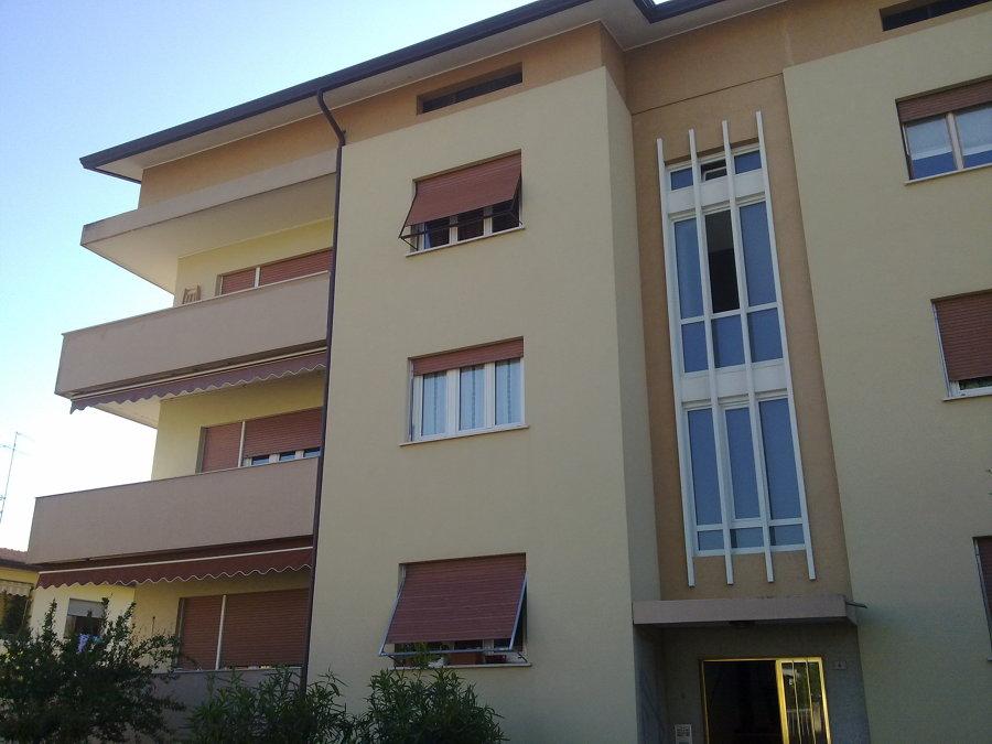 Foto tinteggiatura esterna condominio di unicostruzioni - Tinteggiatura esterna casa ...