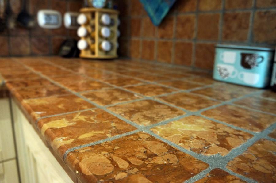 Foto top cucina in ciotolo burattato di marmo di - Top cucina in marmo ...