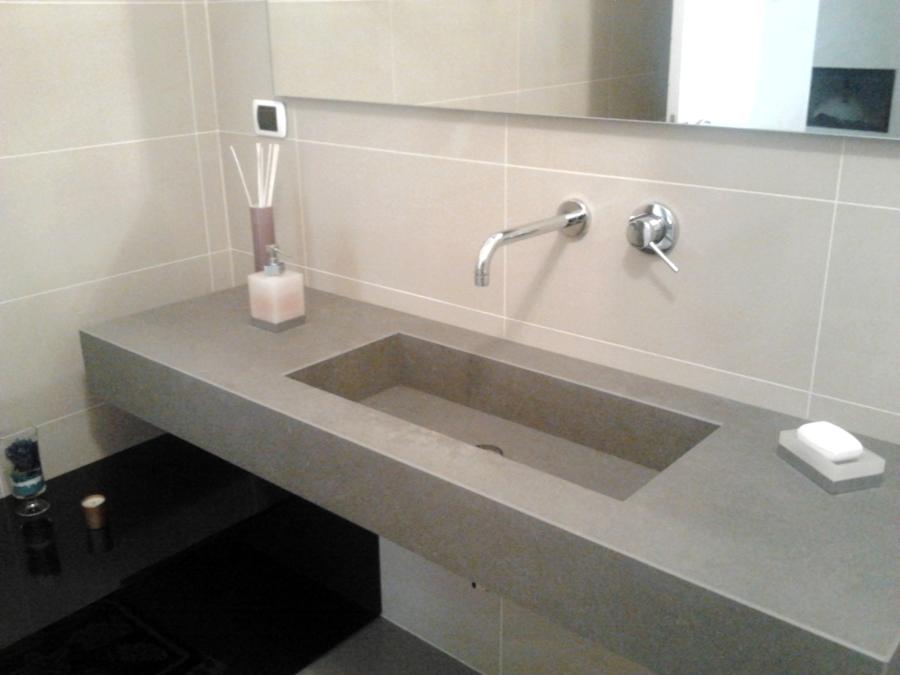 foto top sospeso per bagno in kerlite con vasca integrata