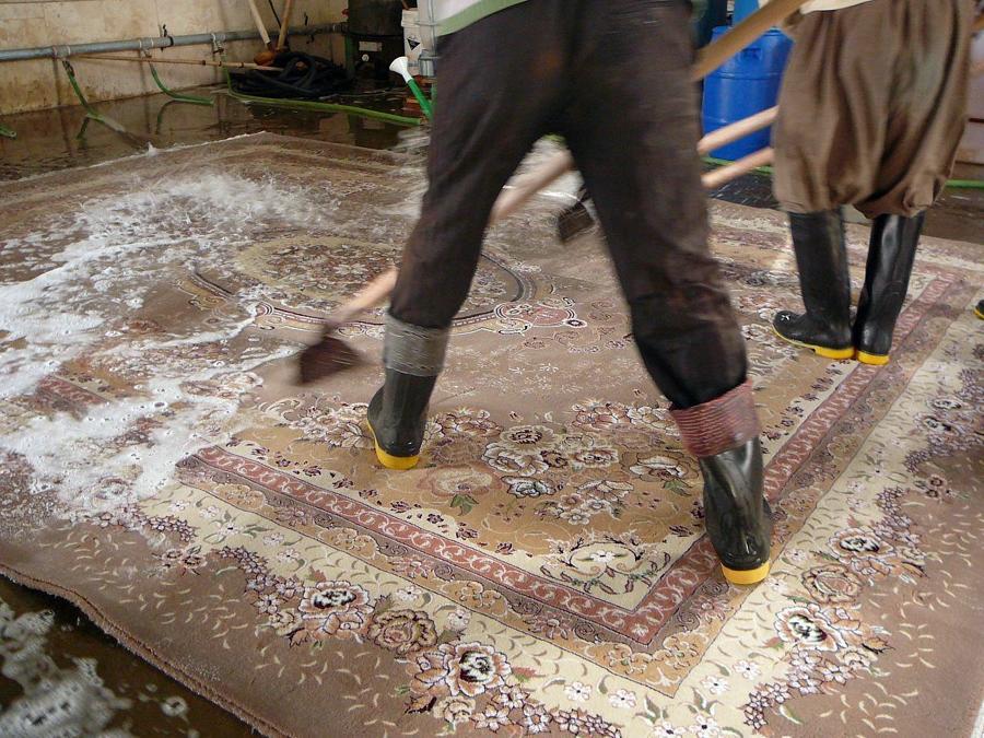 Foto tradizionalmente lavaggio ad acqua tutto a mano de - Pulizia tappeto persiano ...