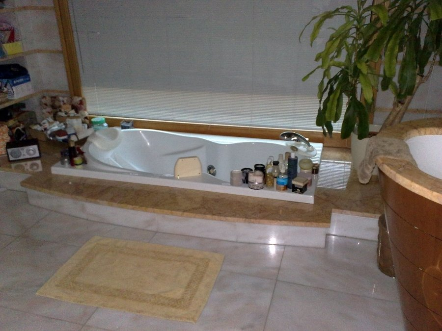 Bagno moderno con vasca incassata [tibonia.net]
