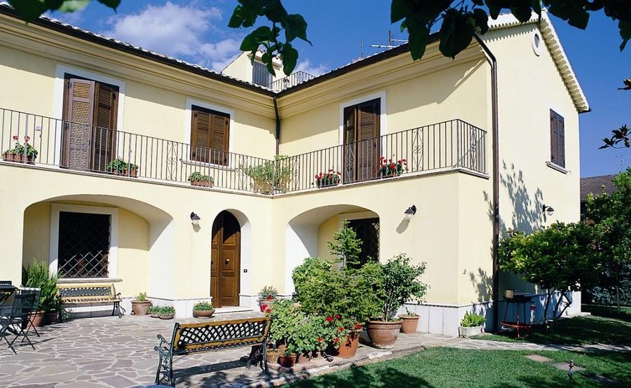 Villa Con Scuri e portoni