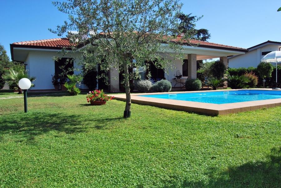 Foto villa unifamiliare con piscina di architetto - Foto case con giardino ...