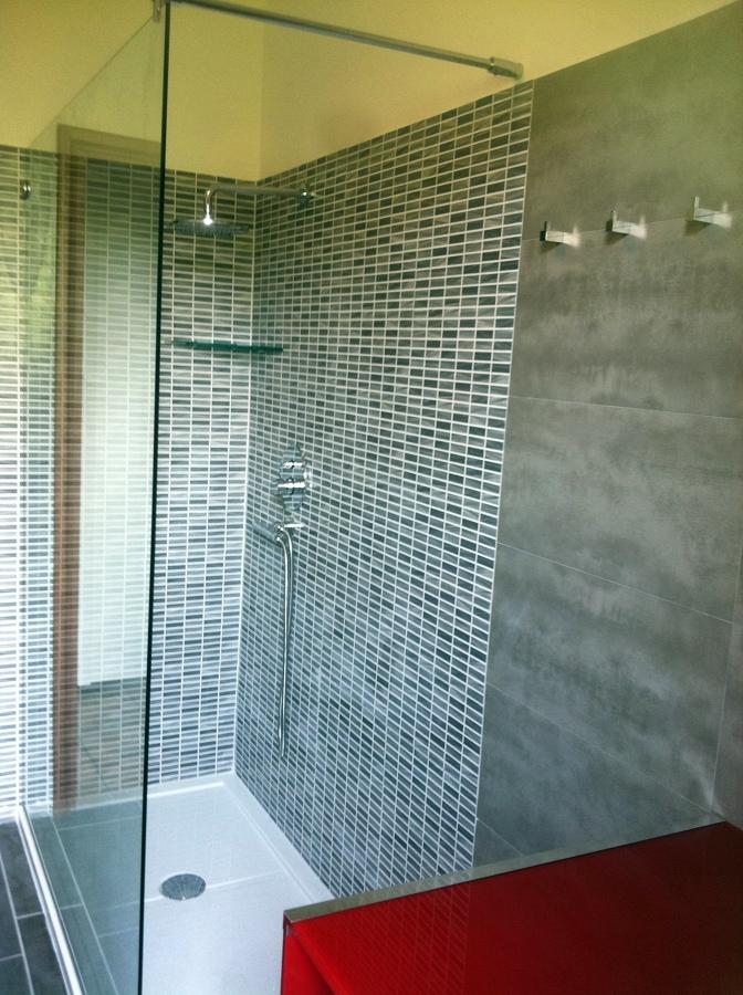 Foto zona doccia con parete in cristallo di artigiana - Mosaico per bagno doccia ...
