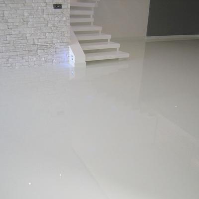 Pavimento in resina autolivellante bianco lucido