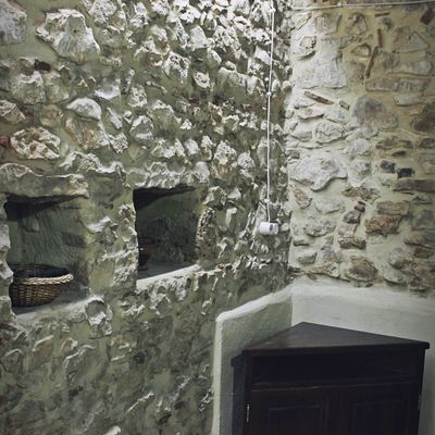 Vecchio muro in pietra ripulito e restaurato