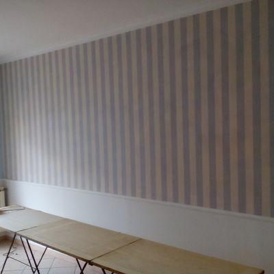 parete in pittura e carta da parati