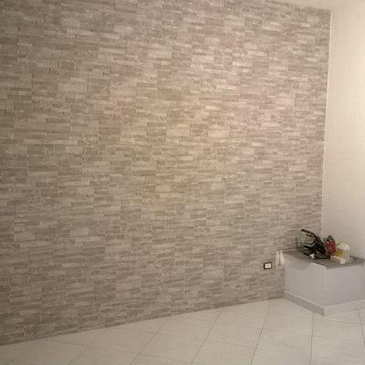 Posa mattonelle a parete e mattoni in vetro