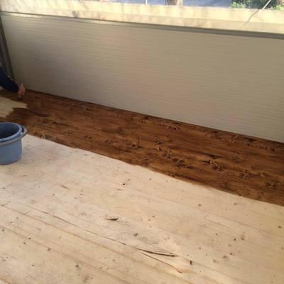 Pedana bar con struttura in acciaio e pavimento costituito da doghe in legno