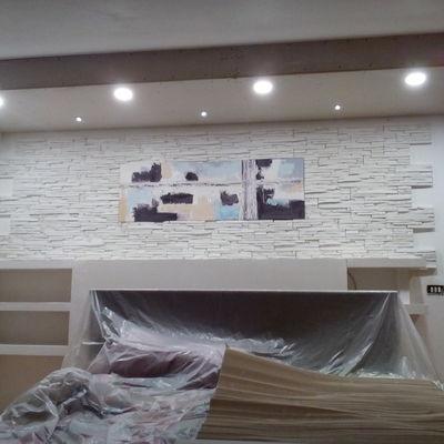 parete in cartongesso rivestita con quadro incastonato e controsoffitto