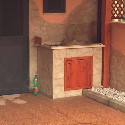 Lavabo in muratura con rivestimento in pietra