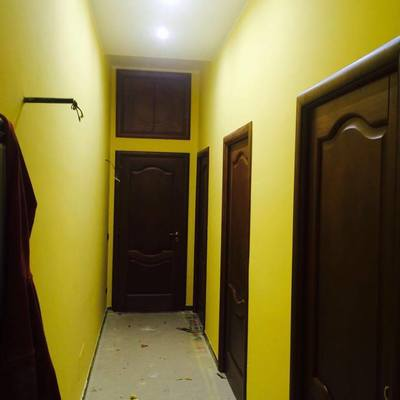 Porte in legno massello con controsoffitto in cartongesso e faretti a led