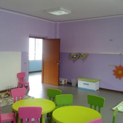 locale spazio gioco bimbi scuola d'infanzia fasce tono su tono e tinteggiatura medesimi colori