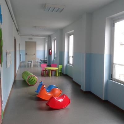 locale spazio gioco bimbi scuola d'infanzia tinteggiatura e formazione di zoccolature