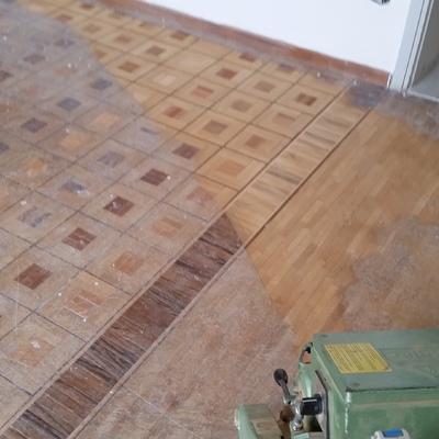Levigatura di pavimento in legno di rovere, olivo e mogano