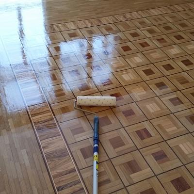verniciatura di pavimento in legno di rovere, olivo e mogano