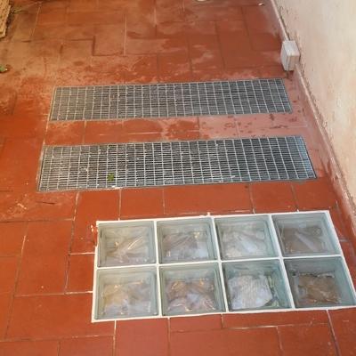 2 Griglie di aria  piu una vetrata in mattoni di vetro