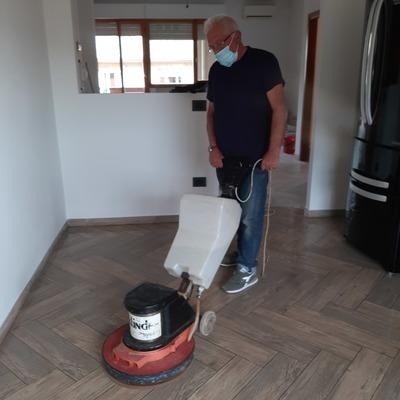 Lavaggio meccanico del pavimento in gres porcellanato