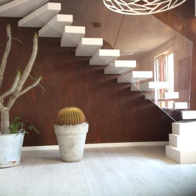 scala in resina con parete effetto ruggine