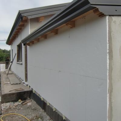 Installazione di pannelli termici isolanti (realizzazione cappotto) sulla facciata esterna