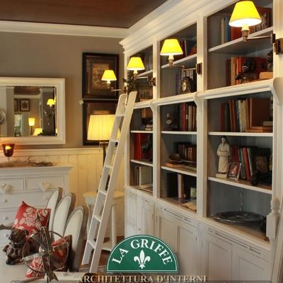 Ambiente in stile provenzale laccato bianco - Libreria con scaletta e lampade applique
