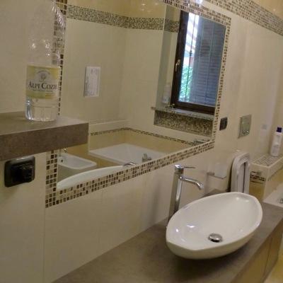 bagno con specchio incassato