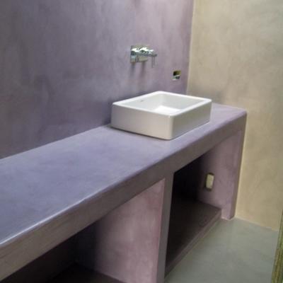 bagno con mensolla rivestita in resina