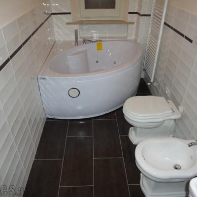 bagno con vasca angolare idromassaggio