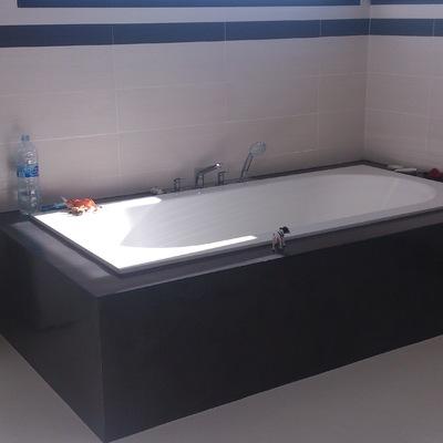 bagno e vasca con rivestimenti in microcemento