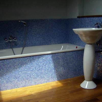 Bagno in mosaico e legno