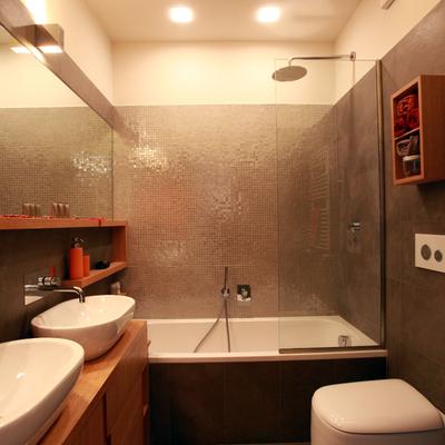 Bagno vasca con mobili su misura