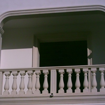 balcone con balaustra in pietra leccese